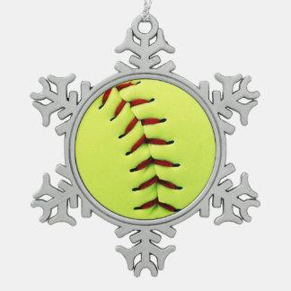 Bola amarilla del softball adorno de peltre en forma de copo de nieve