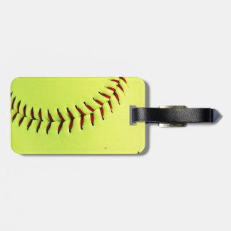 Bola amarilla del softball etiqueta para maleta