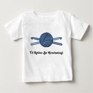 Bola azul de los ganchos del hilado y de ganchillo playera de bebé
