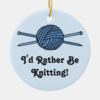 Bola azul del hilado y de las agujas que hacen adorno navideño redondo de cerámica