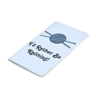 Bola azul del hilado y de las agujas que hacen cuadernos grapados