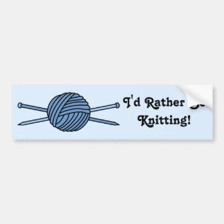Bola azul del hilado y de las agujas que hacen pun pegatina de parachoque
