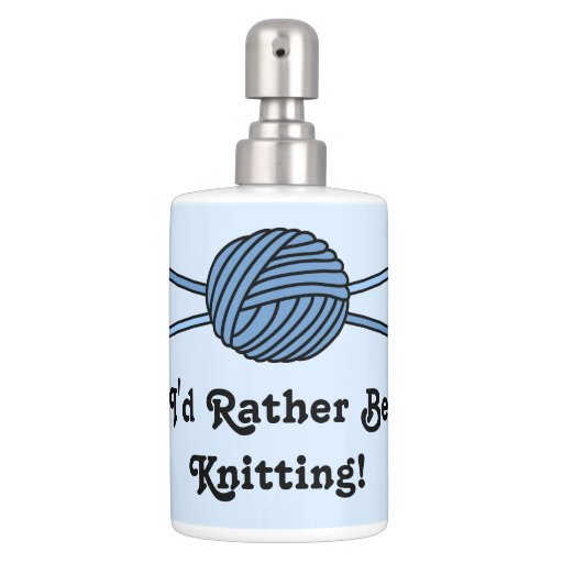 Bola azul del hilado y de las agujas que hacen pun set de baño