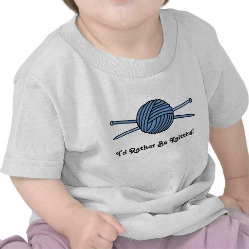 Bola azul del hilado y de las agujas que hacen pun camisetas