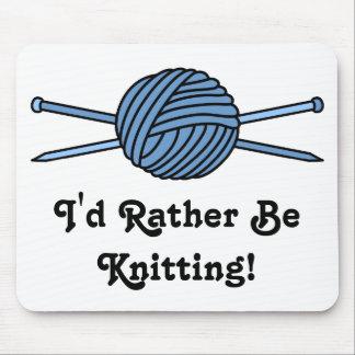 Bola azul del hilado y de las agujas que hacen tapete de raton