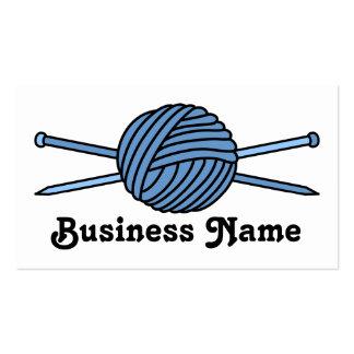 Bola azul del hilado y de las agujas que hacen tarjetas de visita