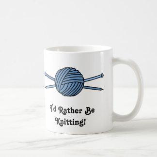 Bola azul del hilado y de las agujas que hacen taza