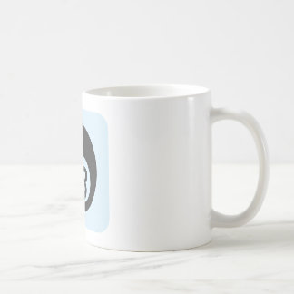 Bola de billar número ocho tazas de café