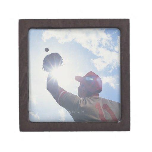 Bola de cogida del jugador de béisbol con el sol cajas de recuerdo de calidad
