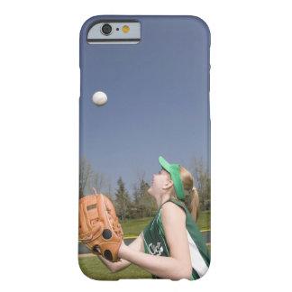 Bola de cogida del jugador de la liga pequeña funda de iPhone 6 barely there