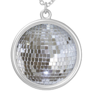 Bola de discoteca reflejada joyería