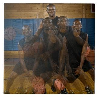 Bola de goteo del jugador de básquet en corte azulejo cuadrado grande