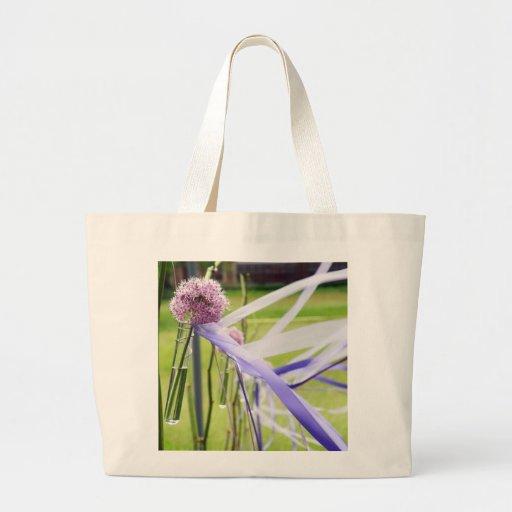 Bola de la flor de la lavanda con fluir cintas bolsas