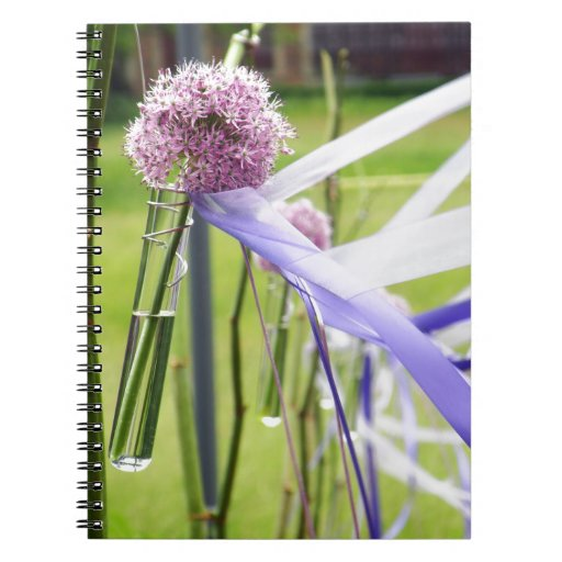 Bola de la flor de la lavanda con fluir cintas libros de apuntes con espiral