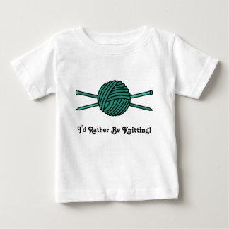 Bola de la turquesa del hilado y de las agujas que playera de bebé