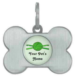 Bola de la verde lima de los ganchos del hilado y  placas de nombre de mascota