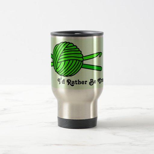 Bola de la verde lima de los ganchos del hilado y  tazas de café