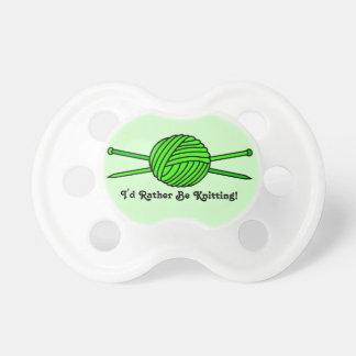 Bola de la verde lima del hilado y de las agujas q chupetes de bebe