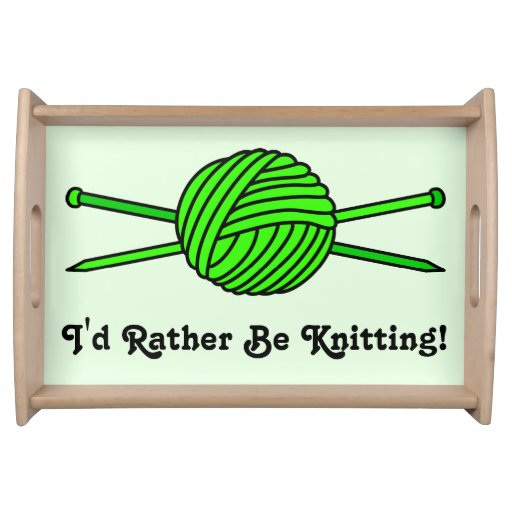 Bola de la verde lima del hilado y de las agujas q bandeja