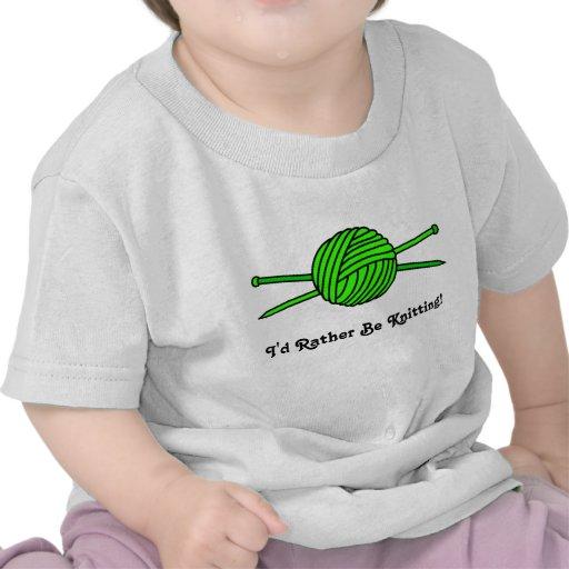 Bola de la verde lima del hilado y de las agujas q camiseta