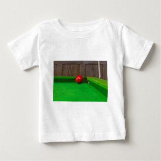 Bola de piscina roja en la mesa de billar tee shirt