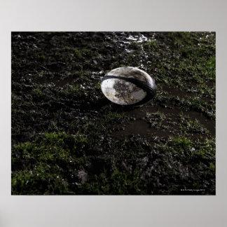 Bola de rugbi fangosa que se sienta en masticado e poster