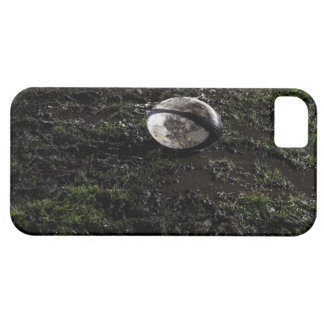 Bola de rugbi fangosa que se sienta en masticado funda para iPhone 5 barely there