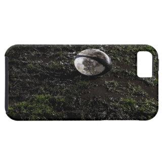 Bola de rugbi fangosa que se sienta en masticado iPhone 5 fundas