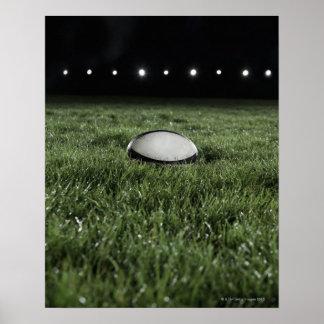 Bola de rugbi que se sienta en la echada de la hie póster