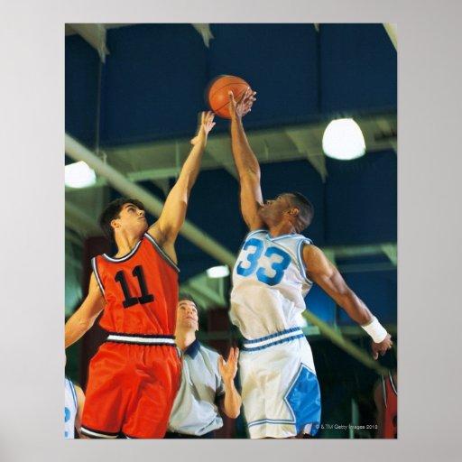 Bola de salto en juego de baloncesto póster