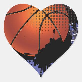 Bola del baloncesto en el fondo 2 de los rayos pegatina en forma de corazón