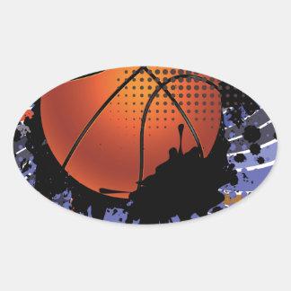 Bola del baloncesto en el fondo 2 de los rayos pegatina ovalada