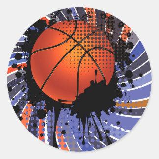 Bola del baloncesto en el fondo 2 de los rayos pegatina redonda