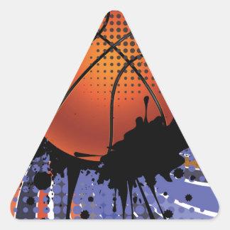 Bola del baloncesto en el fondo 2 de los rayos pegatina triangular