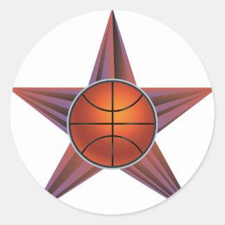 Bola del baloncesto en el fondo 3 de los rayos pegatina redonda