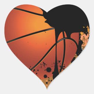 Bola del baloncesto en fondo de los rayos pegatina en forma de corazón