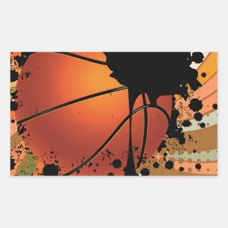 Bola del baloncesto en fondo de los rayos pegatina rectangular