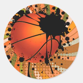 Bola del baloncesto en fondo de los rayos pegatina redonda