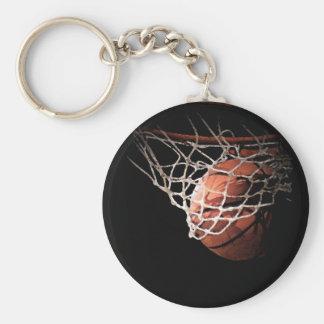 Bola del baloncesto en la acción llavero redondo tipo pin