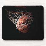 Bola del baloncesto en la acción tapetes de ratón