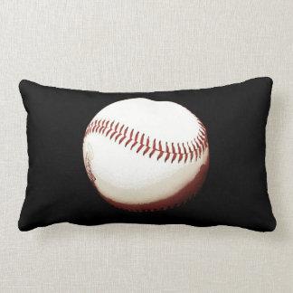 bola del béisbol en la almohada negra del lanzamie