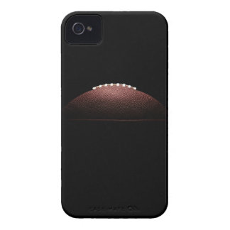 Bola del fútbol americano en fondo negro iPhone 4 Case-Mate cárcasas