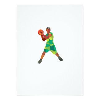 Bola del jugador de básquet en polígono bajo de la invitación 13,9 x 19,0 cm