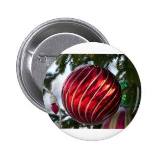 bola del navidad pin redondo de 2 pulgadas