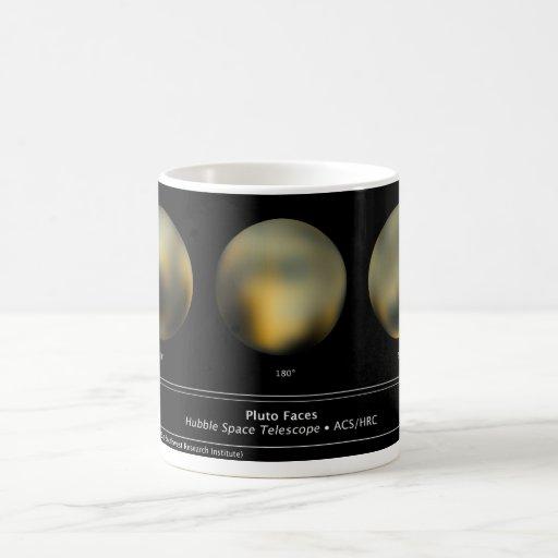 Bola gigante del planeta de Plutón en el cielo Taza Básica Blanca