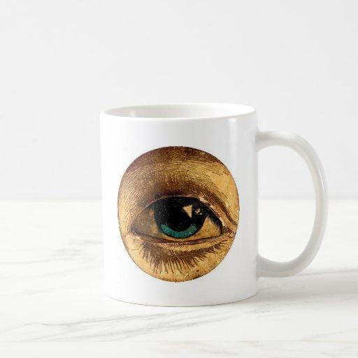 Bola impar espeluznante del ojo que le mira tazas de café