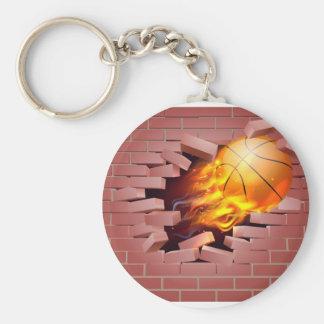 Bola llameante del baloncesto que se rompe a llavero redondo tipo pin