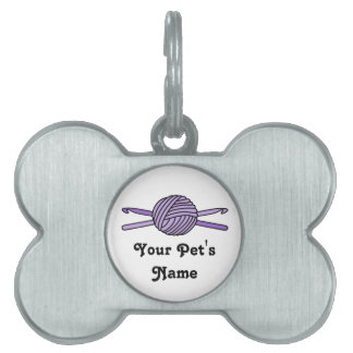 Bola púrpura de los ganchos del hilado y de ganchi placas de nombre de mascota
