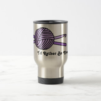 Bola púrpura de los ganchos del hilado y de ganchi taza de café