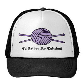 Bola púrpura del hilado y de las agujas que hacen gorros